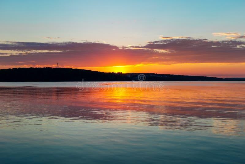 Tramonto arancio splendido dell'alzavola sul lago calmo enorme immagini stock libere da diritti