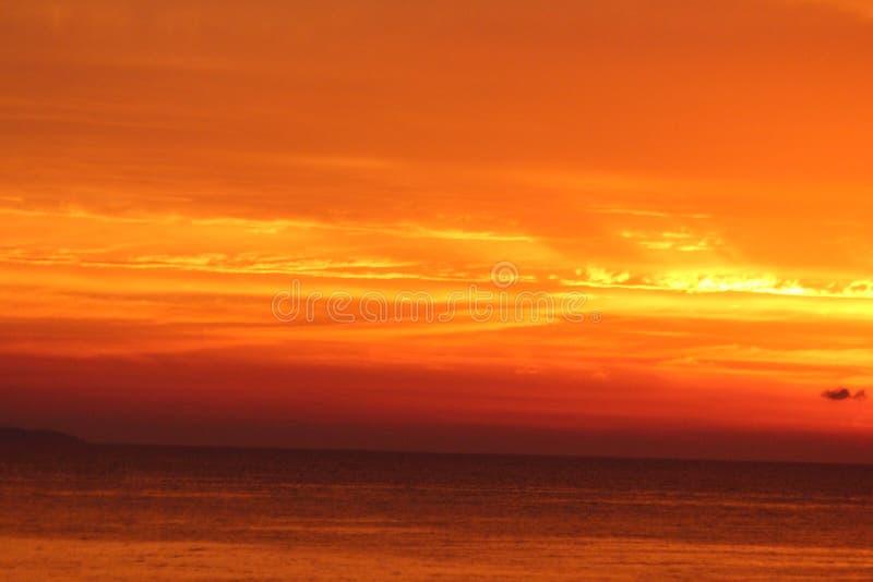 Tramonto arancione in mare fotografie stock libere da diritti