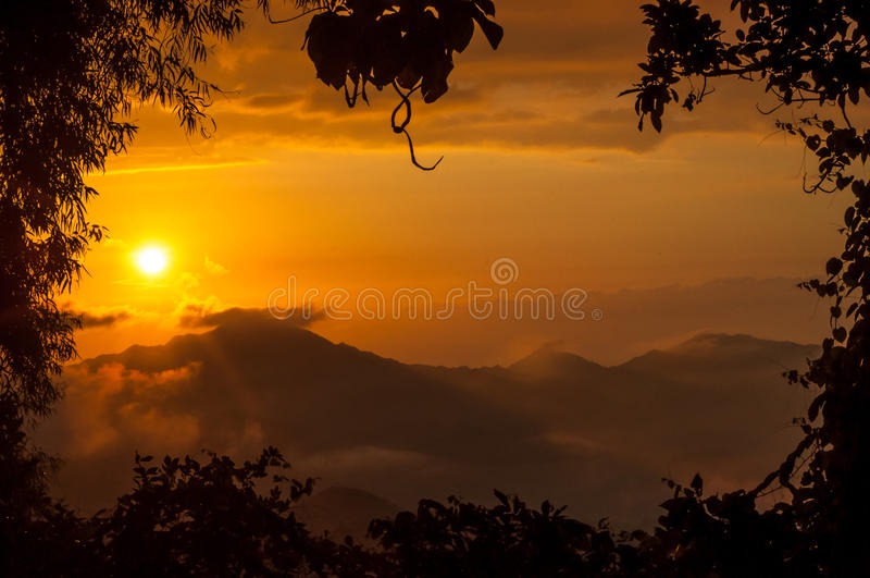 Tramonto arancione nelle montagne fotografia stock