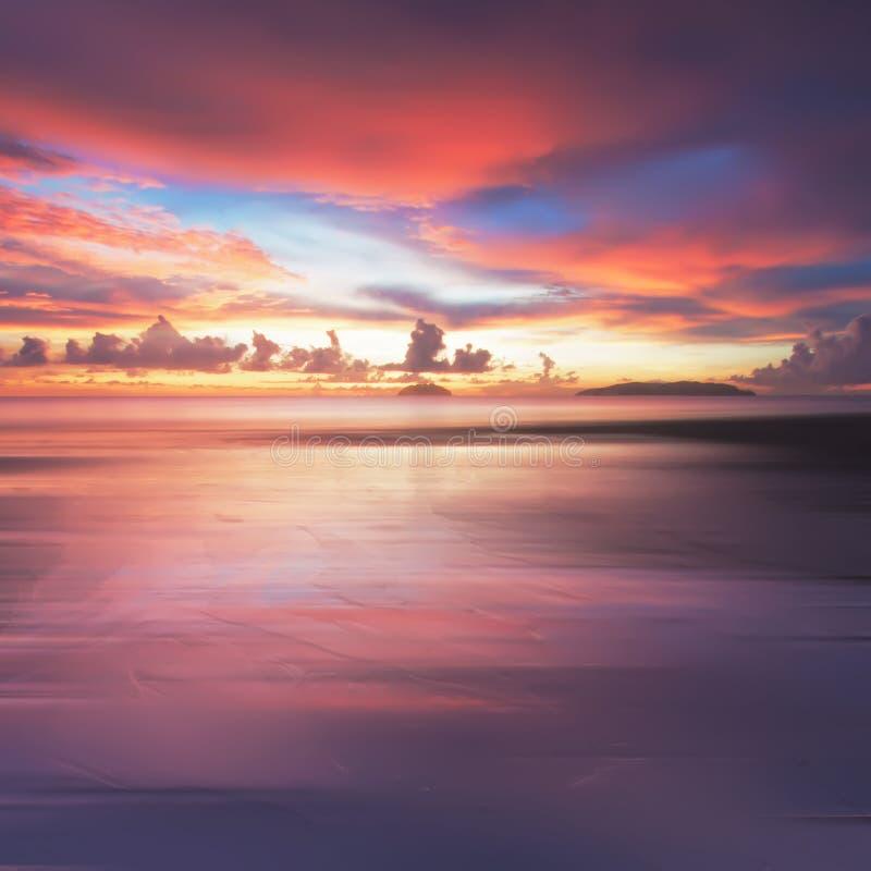 Tramonto ardente alla spiaggia di Tanjung Aru, Borneo immagini stock libere da diritti