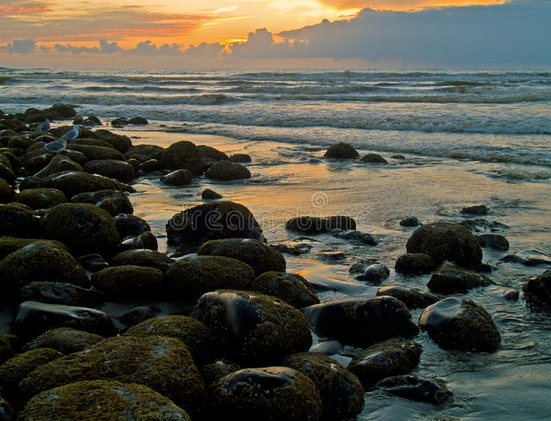 Tramonto ardente a Rocky Beach immagini stock