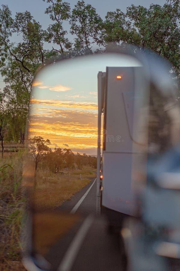 Tramonto australiano tramite uno specchio mentre viaggiando fotografia stock libera da diritti