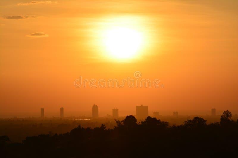 Tramonto balsamico d'ardore sopra i grattacieli immagini stock libere da diritti
