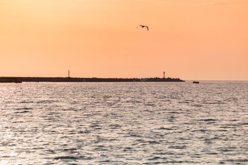 Tramonto baltico Colori di stupore di vista sul mare Sogni del viaggio e della libertà Cielo del tramonto e tempo di reclamo fotografia stock libera da diritti