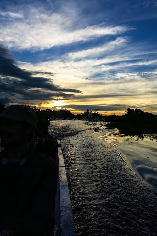 Tramonto Barca che attraversa il Amazon immagine stock libera da diritti