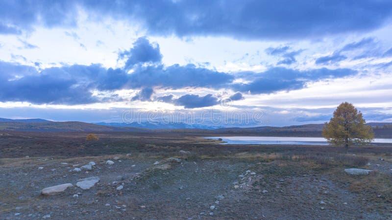Tramonto blu sui precedenti del lago fotografie stock