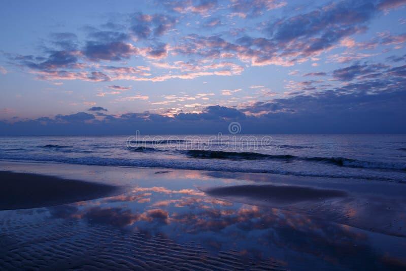 Tramonto blu sulla spiaggia fotografie stock libere da diritti