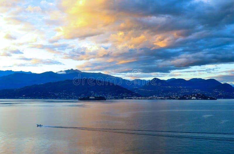 Tramonto blu variopinto con le nuvole arancio e vista naturale del paesaggio sul lago Maggiore, Italia fotografia stock libera da diritti
