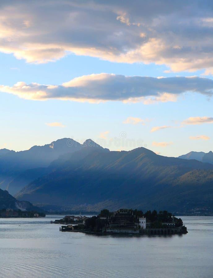 Tramonto blu variopinto con le nuvole arancio e vista naturale del paesaggio sul lago Maggiore, Italia immagine stock