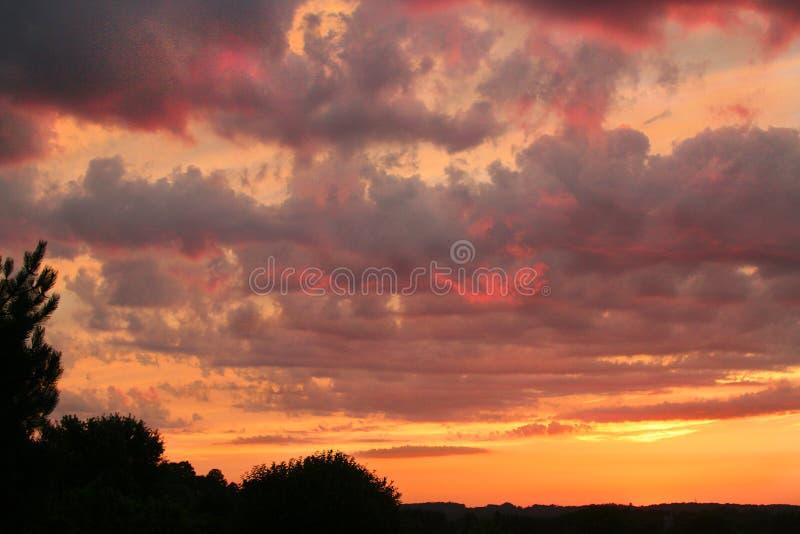 Tramonto brillante con le nuvole fotografie stock