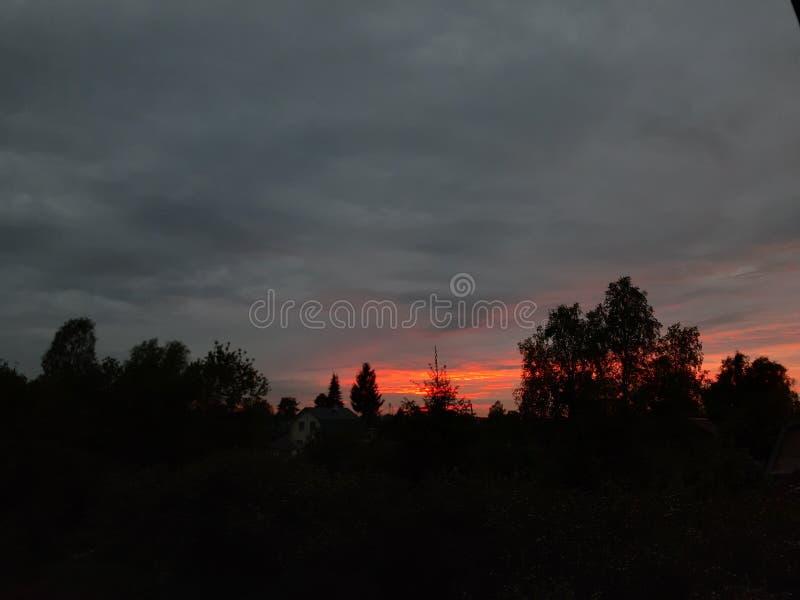 Tramonto bruciante attraverso le nuvole immagini stock