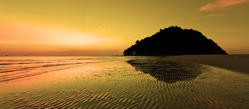 Tramonto caldo ad una spiaggia in Sabah, Borneo fotografia stock libera da diritti