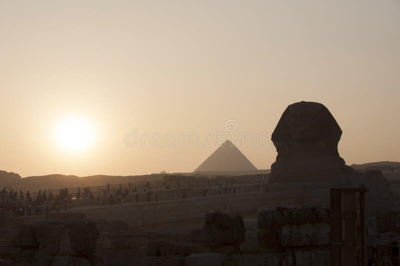 Tramonto caldo alle grandi piramidi dell'Egitto fotografia stock libera da diritti