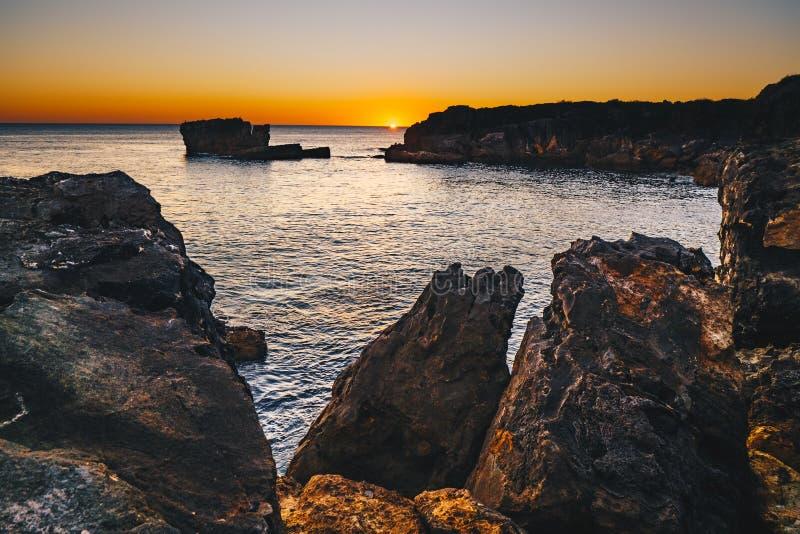 Tramonto in Cascais, Portogallo nel posto famoso di Boca del Inferno per fotografia stock libera da diritti