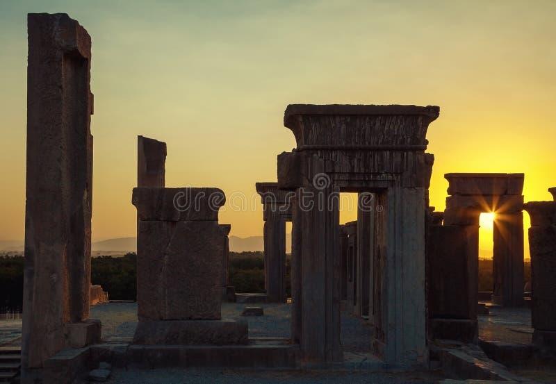 Tramonto che emette luce attraverso un arco nel palazzo di Tachara di Takht Jamshid o di Persepolis fotografia stock libera da diritti