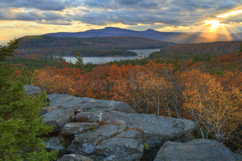 Tramonto classico di Catskills sopra il lago nord-sud fotografia stock libera da diritti