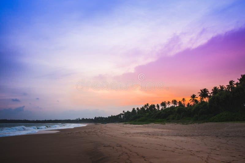 Tramonto Colourful alla bella spiaggia di kahadamodara nel del sud immagine stock