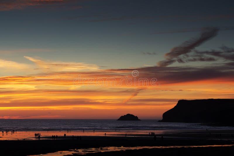 Tramonto Colourful sopra la spiaggia a Polzeath fotografia stock
