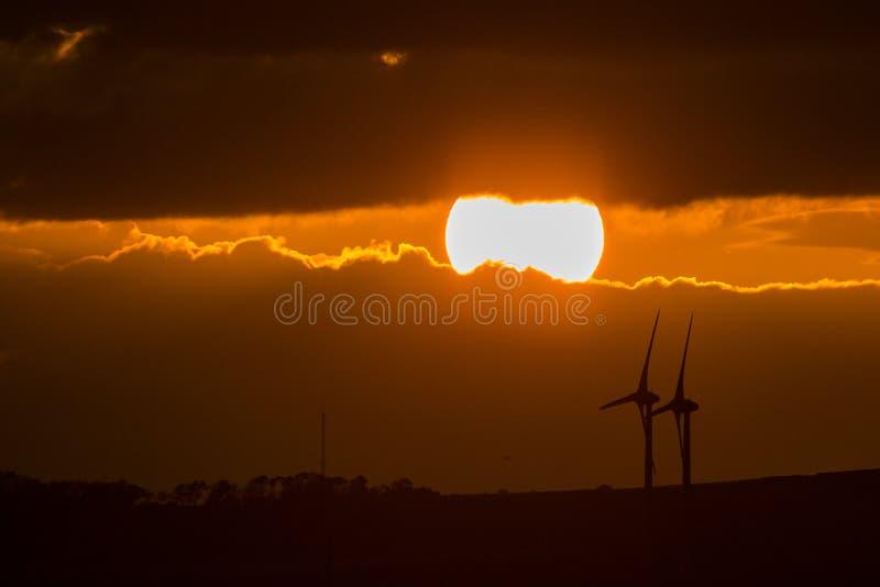 Tramonto con i mulini a vento fotografie stock libere da diritti