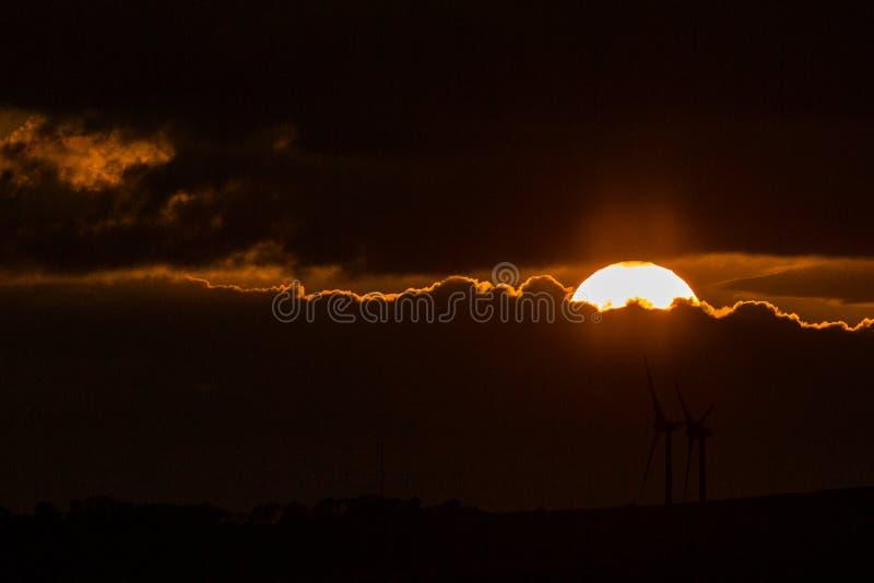Tramonto con i mulini a vento fotografia stock libera da diritti