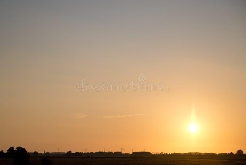 Tramonto con i mulini a vento in Schalkwijk fotografia stock