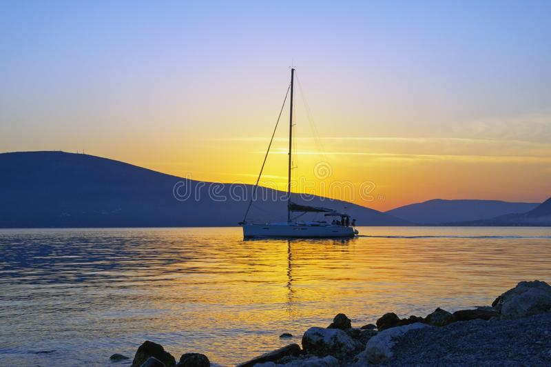 Tramonto con la barca a vela sull'acqua Il Montenegro, baia di Cattaro fotografia stock