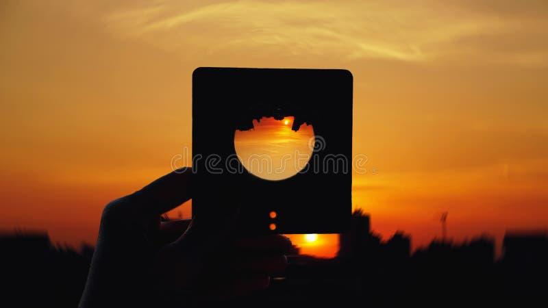 Tramonto con la lente d'ingrandimento fotografie stock libere da diritti
