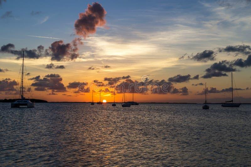 Tramonto con le barche fotografia stock libera da diritti