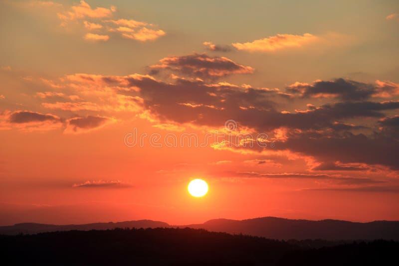 Tramonto con le nubi rosse immagini stock libere da diritti