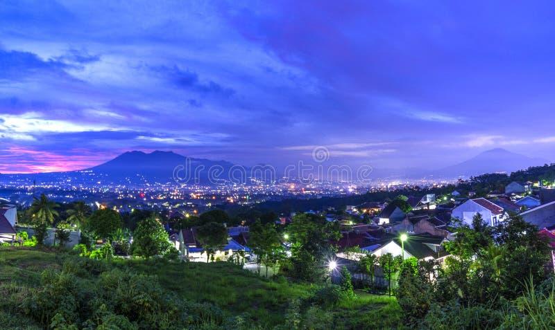Tramonto con le viste della città del Java di Malang dell'Indonesia fotografie stock libere da diritti