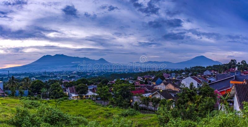 Tramonto con le viste della città di Malang Java dell'Indonesia fotografie stock