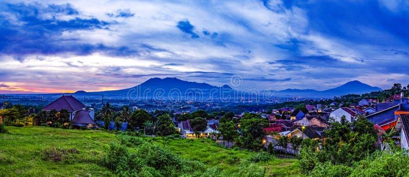 Tramonto con le viste della città di Malang Java dell'Indonesia immagine stock