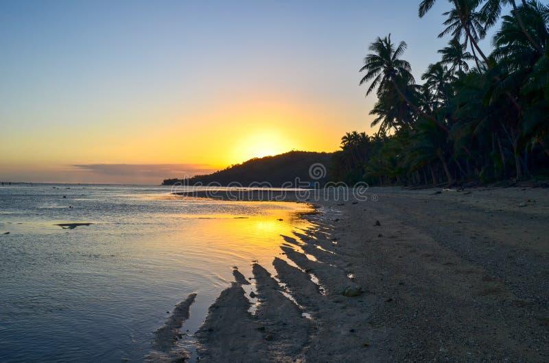 Tramonto in Coral Coast, isola di Viti Levu, Figi immagini stock libere da diritti
