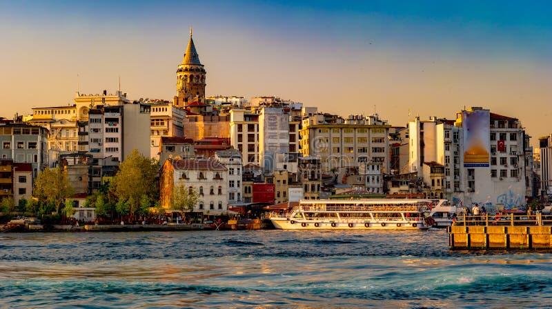 Tramonto a Costantinopoli, Turchia Vista di notte della torre di Galata immagini stock