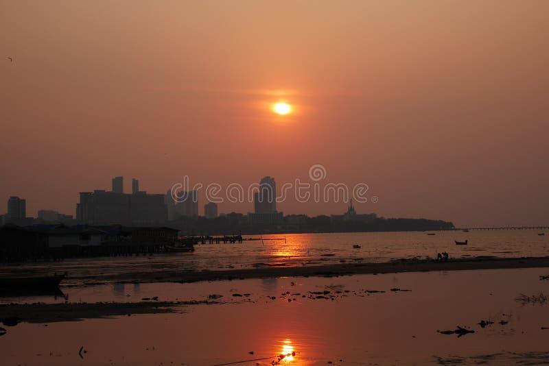 Tramonto d'ardore sopra la baia in Naklua Tailandia a bassa marea immagine stock libera da diritti