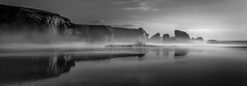 Tramonto d'avvicinamento di vista sul mare mistica, spiaggia di Porthcothan, Cornwal fotografie stock libere da diritti