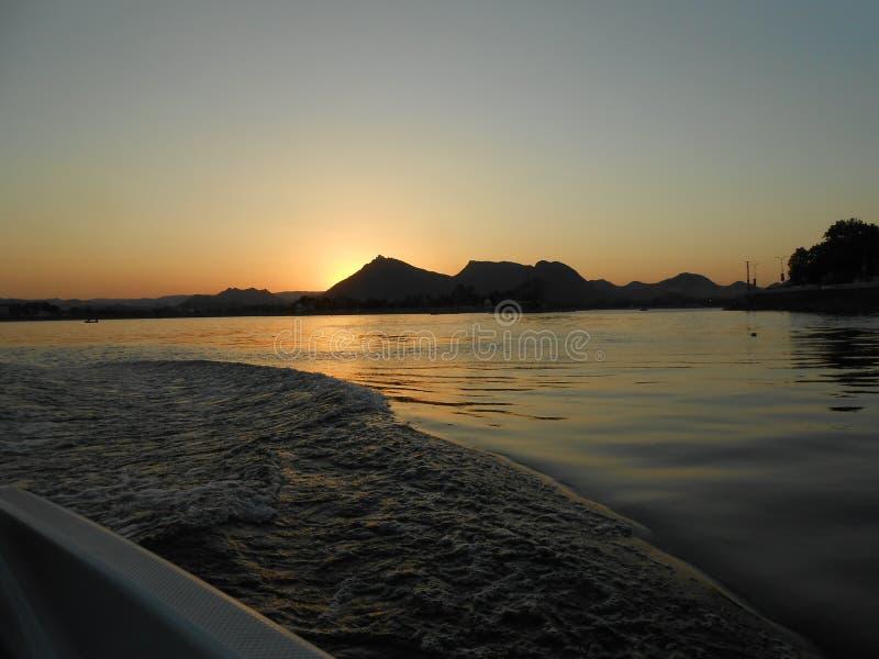 Tramonto da un'imbarcazione a motore, Fateh Sagar Lake, Udaipur, Ragiastan fotografia stock