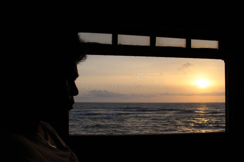 Tramonto da un treno sulla direzione da Galle a Colombo fotografia stock