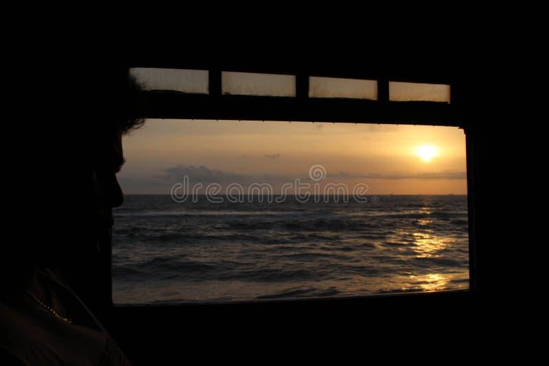 Tramonto da un treno sulla direzione da Galle a Colombo immagine stock libera da diritti