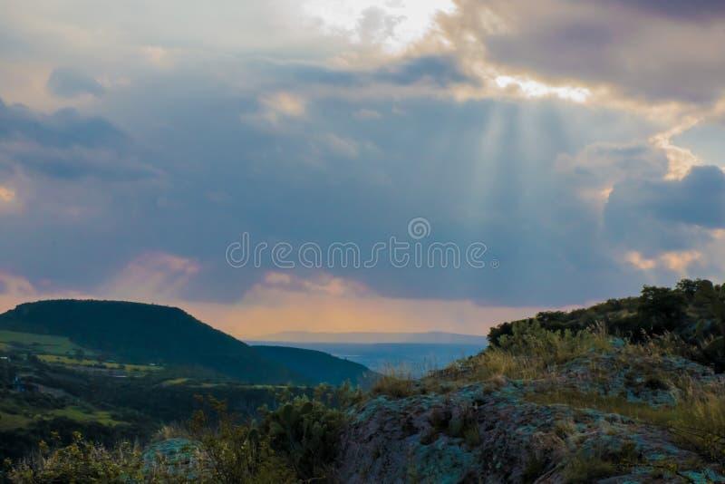 Tramonto dalla cima di una montagna immagini stock