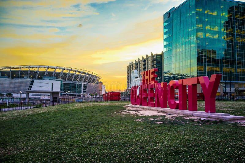 Tramonto del centro di Cincinnati al punto di riferimento della città della regina immagini stock libere da diritti