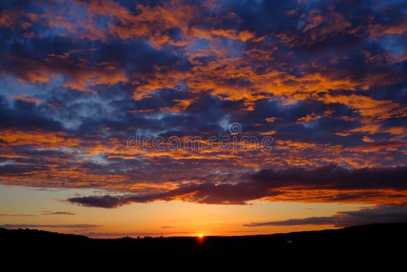 Tramonto del cielo blu e dell'arancia fotografie stock libere da diritti