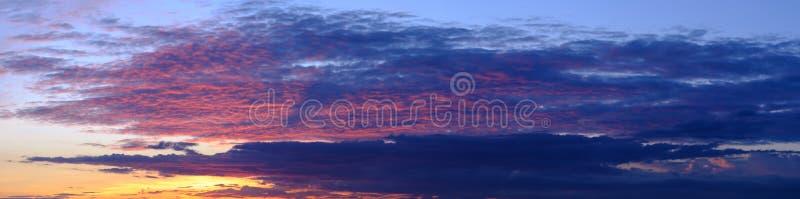 Tramonto del cielo del paesaggio, bello panorama del fondo della luce di luce solare di vista di alba della natura di estate immagini stock