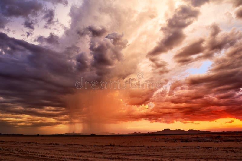 Tramonto del deserto della tempesta di monsone immagini stock libere da diritti