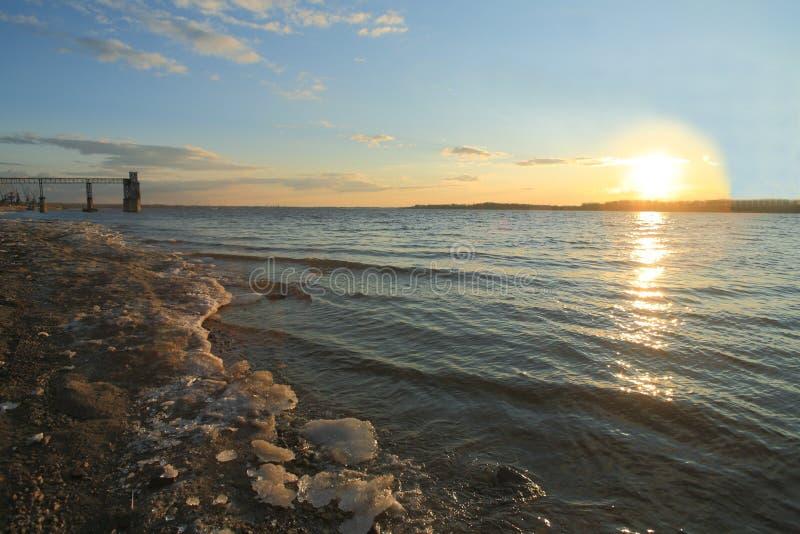 Tramonto del fiume Volga della primavera immagini stock