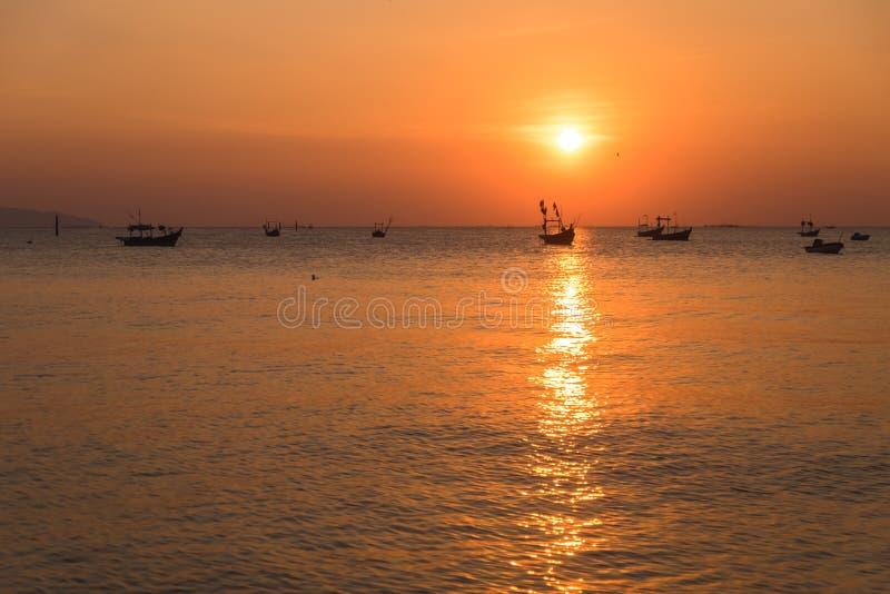 Tramonto del fondo del cielo di sera bello con il mare immagine per il natu immagini stock