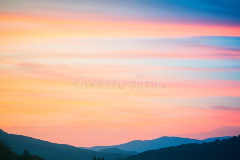 Tramonto del fuoco alle montagne Struttura delle nuvole e del cielo fotografie stock libere da diritti