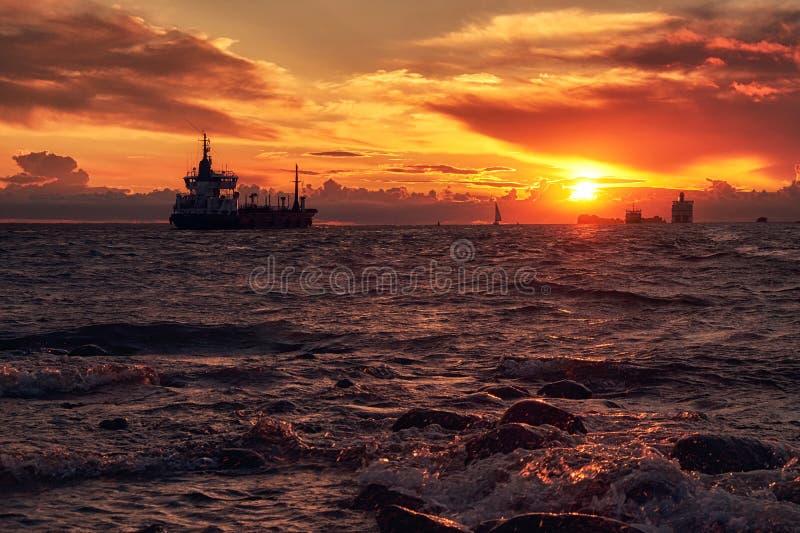 Tramonto del mare con il traghetto ed il crogiolo di nave sull'orizzonte immagini stock