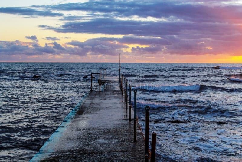 Tramonto del mare il ponte e la casa sono al mare Corsa e svago Colori blu e viola Felicità, rilassamento, vacanza, turismo, immagini stock