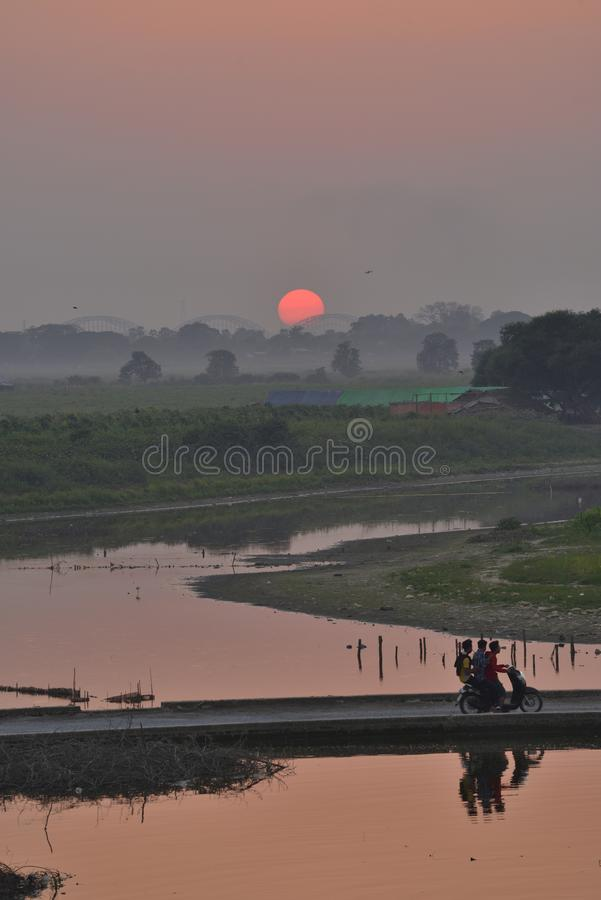 Tramonto del Myanmar Mandalay U-bein fotografie stock
